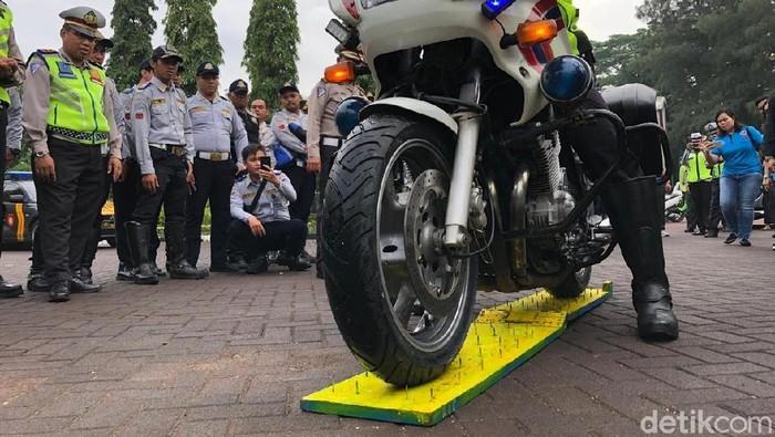 Ban Motor Polisi Dicoba Lewat Ranjau Paku