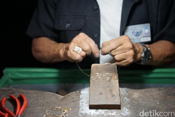 Di dalam ruangan ini ada kamu bisa melihat pekerja yang membuat kalung, meleburkan logam, memoles cincin dan merangkainya menjadi perhiasan cantik. (Syanti/detikTravel)