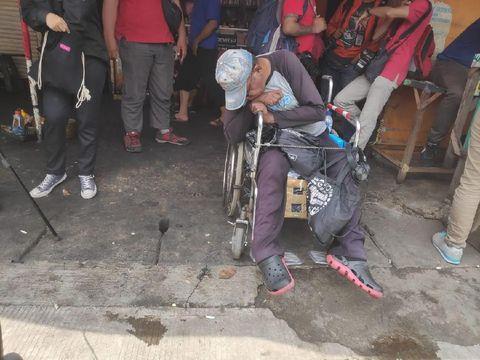Ramjani datang dari Jatinegara ke Mako Brimob untuk bertemu Ahok. Dia sempat tertidur di kursi roda saat menanti idola keluar