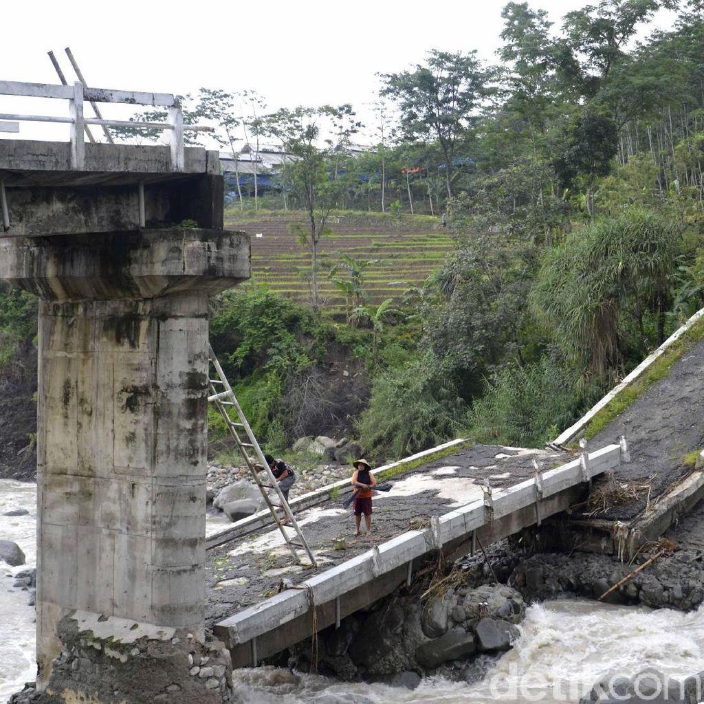 Uji Nyali Warga Pekalongan Tiap Hari Mendaki Jembatan Roboh