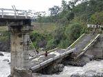 Uji Nyali Warga Pekalongan Tiap Hari Merayapi Jembatan Roboh