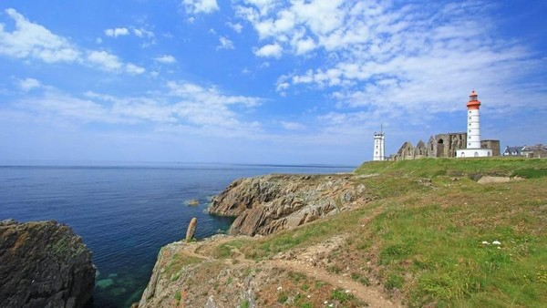 Brest punya La Pointe Saint-Mathieu, salah satu tanjung paling barat di Eropa. Menara suar di sana jadi incaran turis untuk berfoto (Thinkstock)
