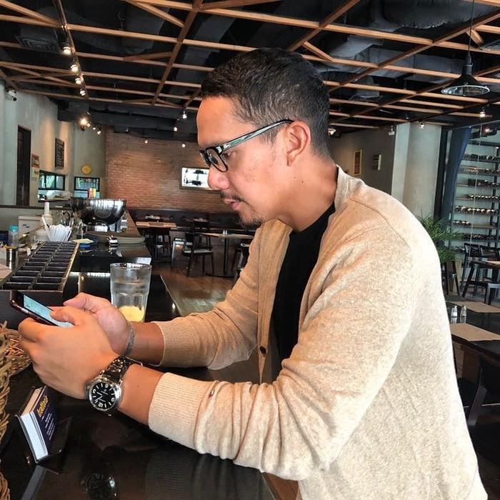 Angga yang merupakan vokalis Maliq & DEssentials ternyata hobi ngopi. Dalam foto tersebut, Angga sedang duduk santai di kafe kopi. Kira-kira kopi apa ya yang jadi kesukaannya? Foto: Instagram@anggapuradiredja