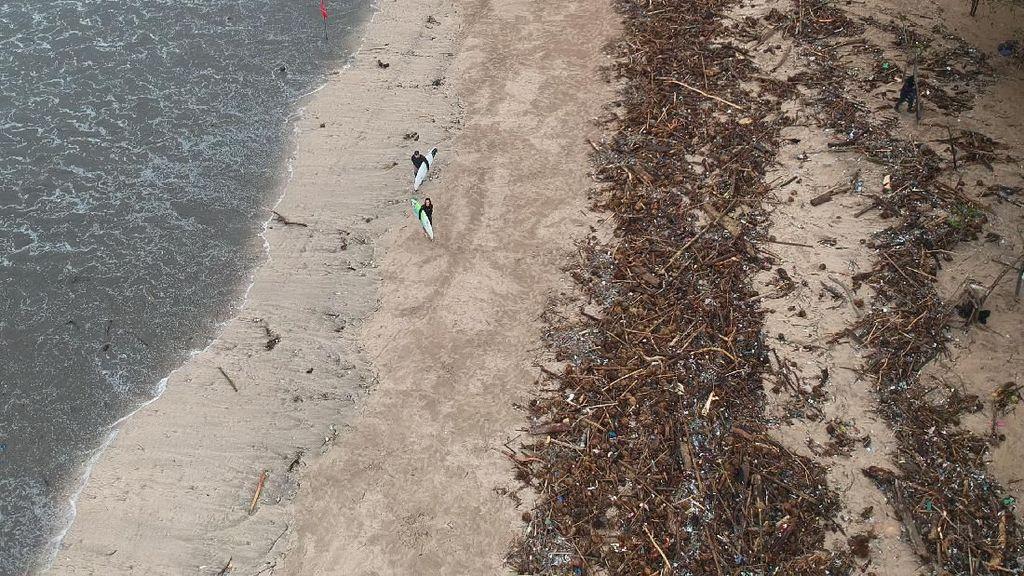 Penampakan dari Udara Sampah yang Menumpuk di Pantai Kuta