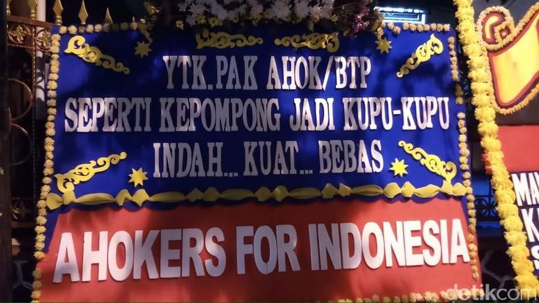 Kawat Berduri hingga Karangan Bunga untuk Ahok Terlihat di Depan Mako Brimob