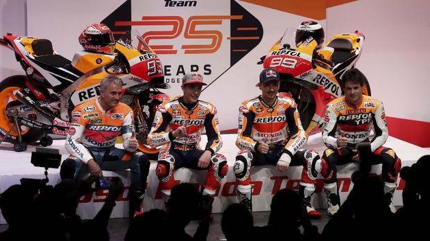 Legenda MotoGP Mick Doohan (kiri) turut memberikan ucapan pada Valentino Rossi.