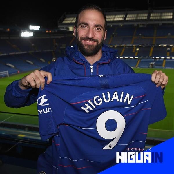 Gonzalo Higuain resmi dipinjam Chelsea setelah berseragam AC Milan. Dia menggenakan nomor punggung 9 dan menjadi harapan mesin gol The Blues (Instagram/chelseafc)