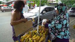 Melihat Gaya Baim Wong Saat Jadi Orang Gila dan Bagi-bagi Uang