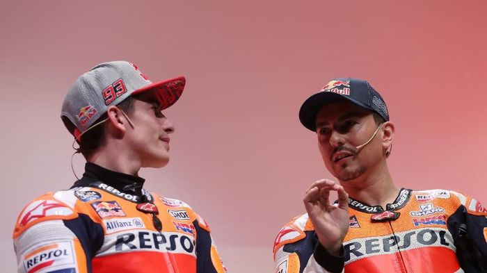 Dua pebalap Repsol Honda, Marc Marquez dan Jorge Lorenzo. (Foto: Susana Vera/Reuters)