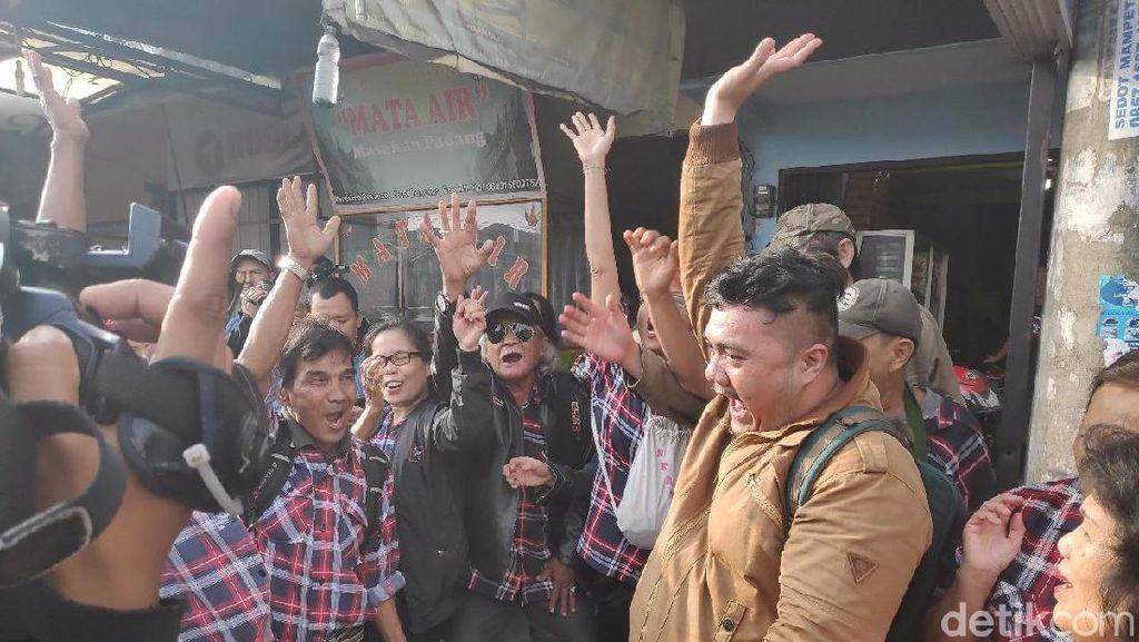 Pendukung Tunggu Ahok Sambil Bernyanyi di Depan Mako Brimob