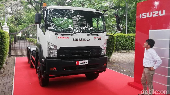 New Isuzu GIGA Tractor Head