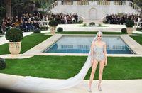 Gaun pengantin Chanel yang berbentuk baju renang.