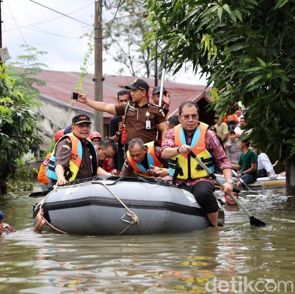 Wali Kota Makassar Cek Lokasi Banjir Naik Perahu Karet