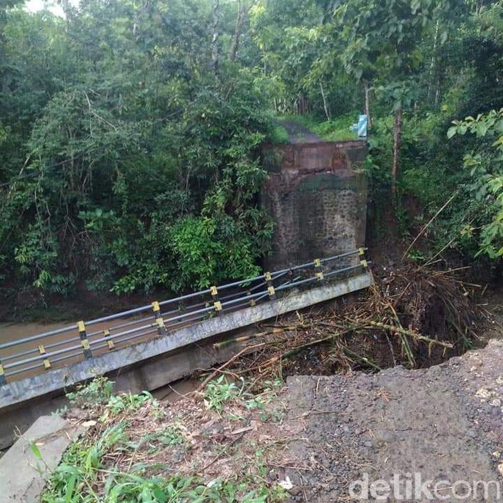 Tergerus Banjir, Jembatan Penghubung Kecamatan di Malang Ambrol