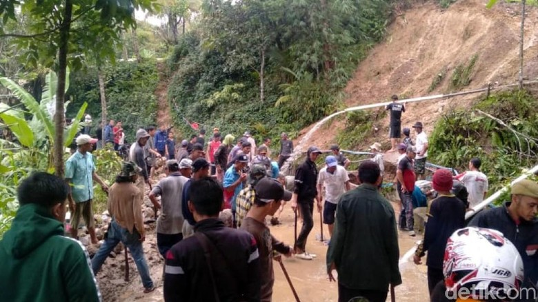 Longsor Timbun Jalan Desa Bumisari Cikidang Sukabumi