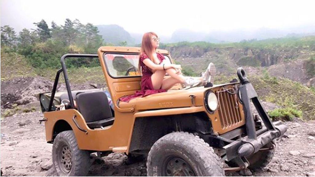 Gaya Cantik Aldira Chena di Tiga Jenis Mobil Berbeda