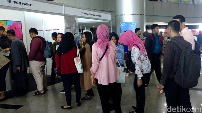 Meski Jakarta pagi ini diguyur hujan deras, namun antrean para pelamar kerja di bursa lowongan kerja di Smesco Convention Hall, Jakarta tidak surut.