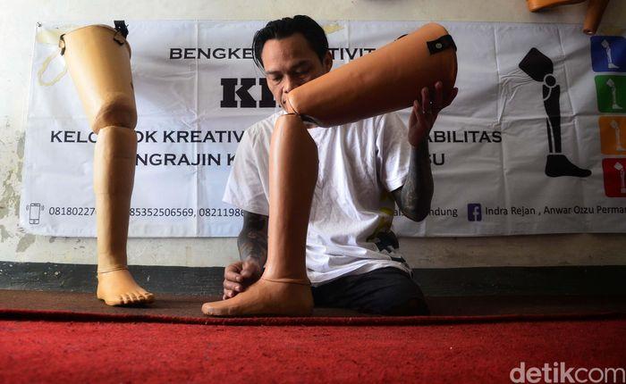 Indra Semedi (45), menyelesaikan pembuatan kaki palsu di bengkel produksi Kelompok Kreatif Difabel (KKD), di Jalan Kawaluyaan Baru 1, Kota Bandung, Jumat (25/01/2019).