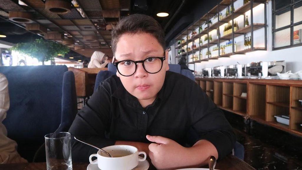 Asyiknya Kulineran Komika Cilik Fatih Unru yang Doyan Ngemil dan Ngopi