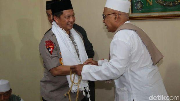 Kapolri Jenderal Tito Karnavian bersama Panglima TNI Marsekal Hadi Tjahjanto berkunjung ke Pondok Pesantren Buntet, Cirebon, Jawa Barat.