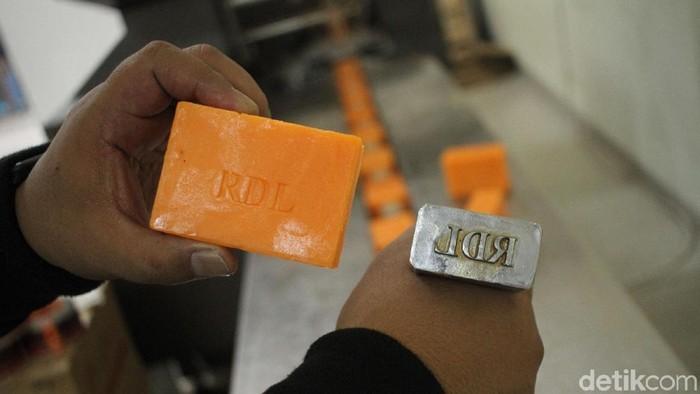 Salah satu produk sabun yang dipalsukan (Foto: Rifkianto Nugroho/detikHealth)