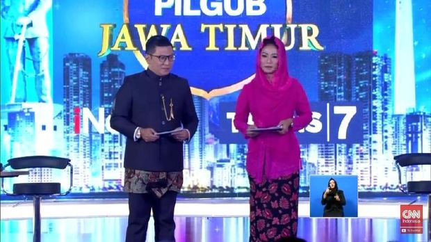 Anisha Dasuki saat jadi moderator debat Pilgub Jatim.