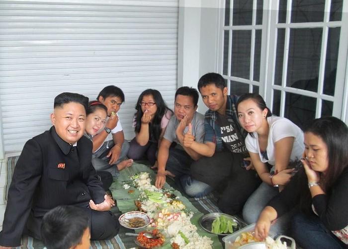 Nama Agan Harahap sudah sangat populer. Beberapa karyanya sering menarik perhatian. Salah satunya editan foto orang nomor satu di Korea Utara ini. Kim Jong Un terlihat sedang menikmati liwetan khas sunda. Hihi Foto: Instagram aganharahap