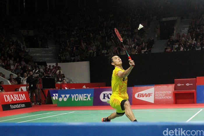 Jonatan Christie bertanding melawan Kidambi Srikanth di babak perempatfinal yang dihelat di Istora Senayan, Jakarta, Jumat (25/1/2019).