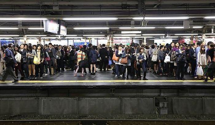 Shinjuku Station, stasiun tersibuk di dunia. Dengan lebih dari 3,6 juta orang melewati stasiun setiap hari, Stasiun Shinjuku di kota Tokyo, Jepang, adalah stasiun kereta tersibuk di dunia dalam penggunaan penumpang. Dok:charnsitr/shutterstock.com/worldatlas.com