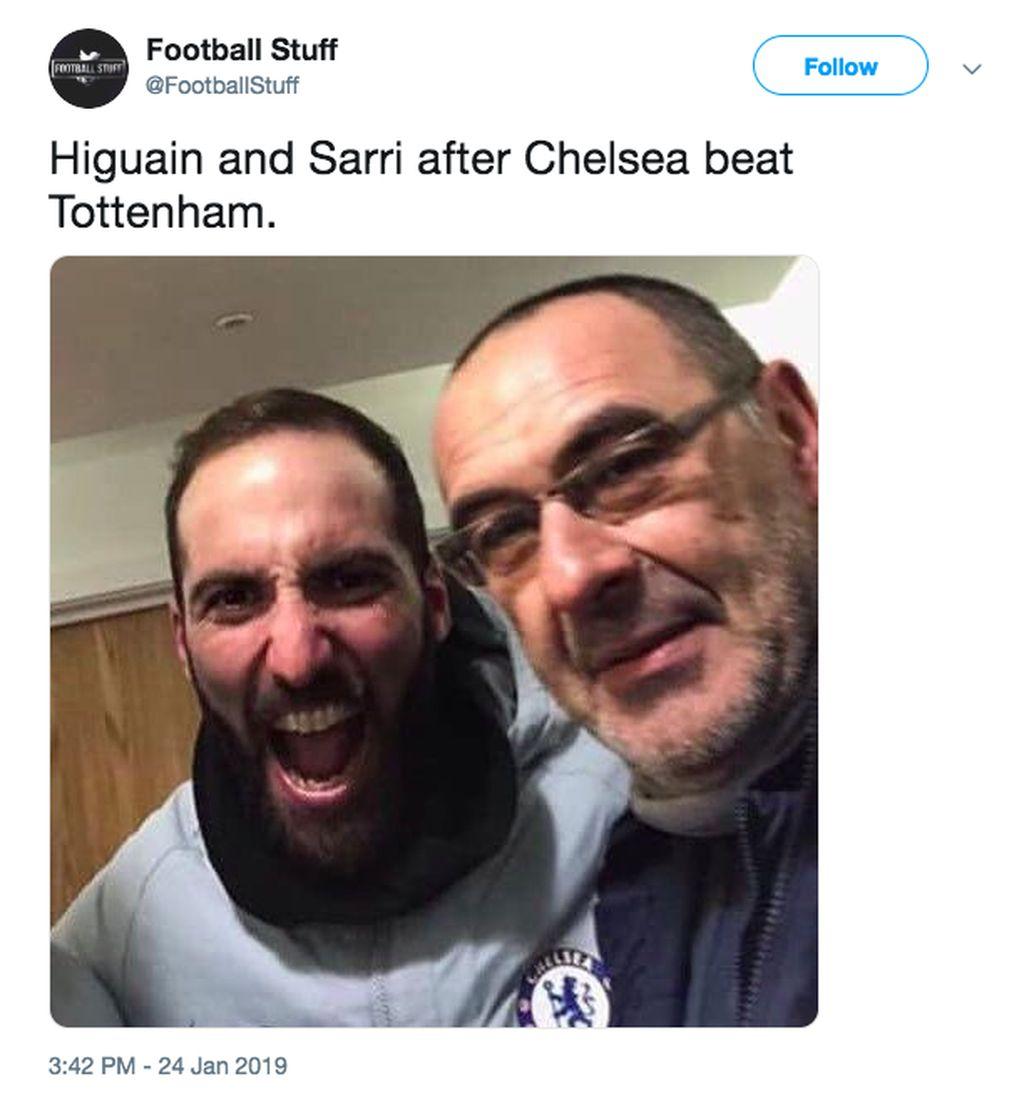 Striker baru Chelsea Gonzalo Higuain tampak gembira bersama pelatih Sarri setelah mengalahkan Tottenham. Alhasil, Chelsea maju ke final Piala Liga Inggris. Foto: istimewa