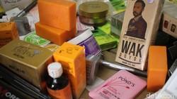Baru-baru ini BPOM menggerebek sarana produksi obat dan kosmetika ilegal senilai Rp 30 miliar. Dari pabrik tersebut, juga disita produk sabun yang dipalsukan.