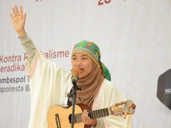 Rona Mentari pendongeng berhijab. Foto: Instagram/MentariRona