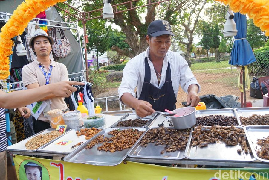 Thailand dikenal sebagai salah satu negara dengan kuliner ekstremnya yaitu olahan serangga. Kulinernya ini telah menjadi ikon dan menjadi daya tarik tersendiri bagi wisatawan. (Syanti/detikTravel)