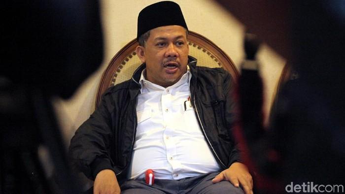 Fahri Hamzah mengajukan dua tuntutan terhadap lima tergugat terkait kasus sengketa PKS. Salah satunya, Fahri meminta 5 pejabat partai PKS mundur.