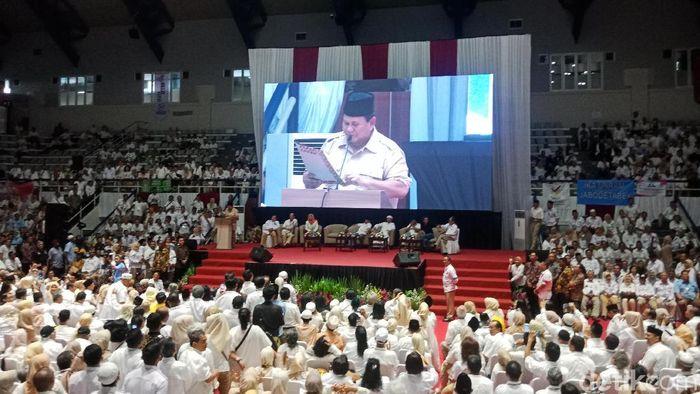 Foto: Prabowo Subianto bergaya pidato pakai teks. (Kanavino-detikcom)
