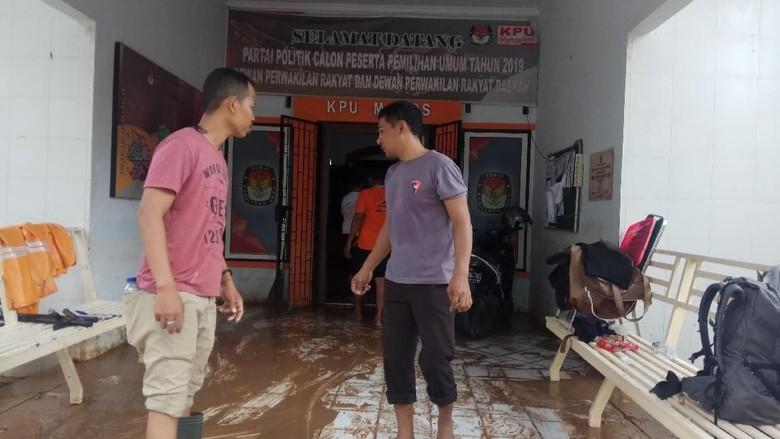 Sempat Diterjang Banjir, Logistik Pemilu di Kantor KPU Maros Aman