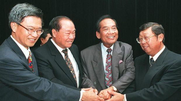Sjamsul Nursalim (kanan) bersama para konglomerat lainnya.