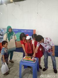 Warga Islam-Kristen Bersama Didik Anak-anak Kampung Tengah