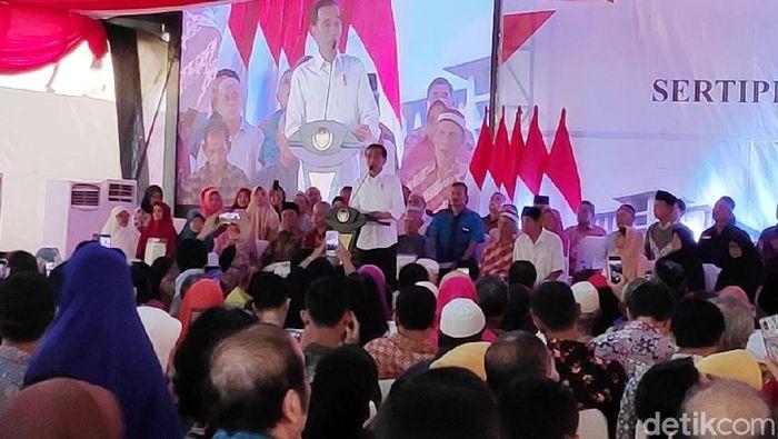 Foto: Presiden Jokowi membagikan sertifikat tanah ke warga di Cempaka Putih, Jakarta Pusat. (Andhika-detikcom)