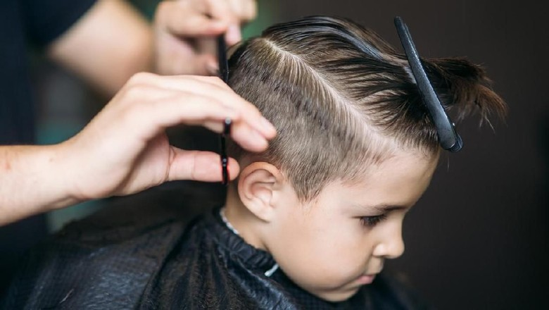 Ilustrasi anak potong rambut/ Foto: iStock
