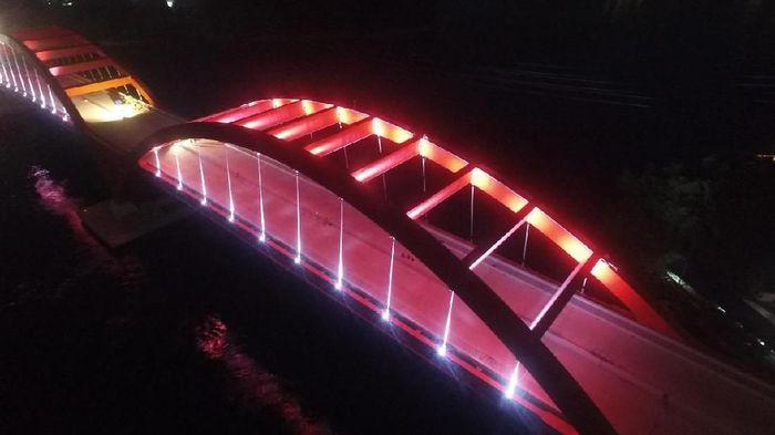 Mengutip instagram PTPP, proyek Jembatan Holtekamp Papua memiliki art lighting yang membentang sepanjang struktur jembatan ini... berbagai warna warni lighting yang berkilau di malam hari akan menambah daya tarik jembatan ini.Foto: Dok. Pool/PT PP (Persero) Tbk