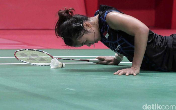 Greysia Poli mencoba bangkit usai jatuh saat berusaha menggapai bola.