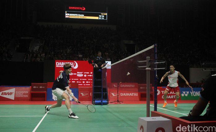 Anders Antonsen bertanding melawan Kento Momota di final Indonesia Masters yang berlangsung di Istora Senayan, Minggu (27/1/2019).