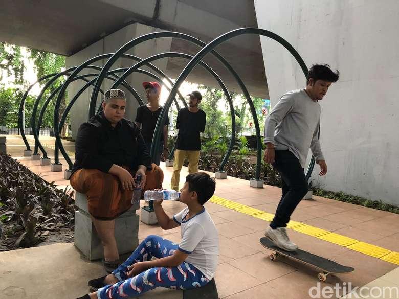 Penduduk Slipi senang dengan adanya Slipi Skatepark, karena mereka bisa kumpul sore-sore bareng teman dan keluarga. Foto: Ayunda/detikHealth