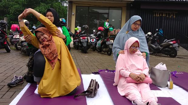 Hujan tak menghalangi para fisioterapis dalam Ikatan Fisioterapi Indonesia caban Depok untuk pelayanan gratis kepada warga di Car Free Day Grand Depok City.