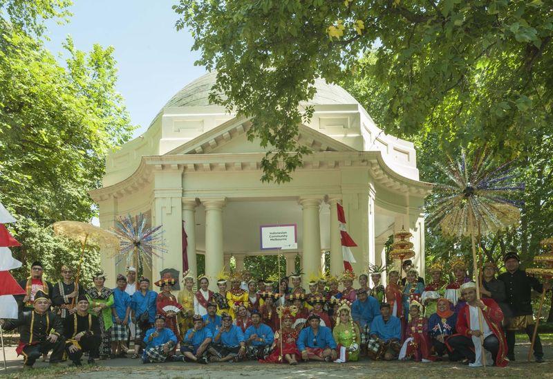 Sebanyak 50 warga Indonesia membawa tema Semarak 10 New Bali, dengan dengan beragam busana tradisional Nusantara. Mereka memeriahkan Australia Day Parade 2019 di Melbourne, Victoria pada Sabtu, 26 Januari 2019. (dok KJRI Melbourne)