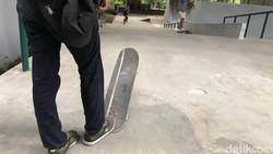 Kolong flyover Slipi yang dulu berantakan, kini sudah dibangun tempat untuk main skate dan sepeda. Desember 2018 lalu, sudah bisa digunakan oleh warga sekitar.