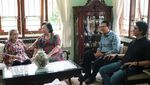 Momen Ahok Kunjungi Rumah Merry Hoegeng Bersama Ibunda