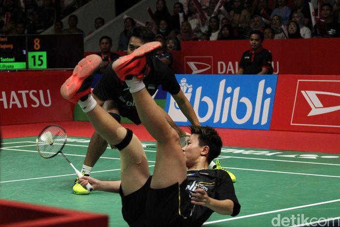Liliyana harus jatuh bangun saat menghadapi Zheng Siwei/Huang Yaqiong.