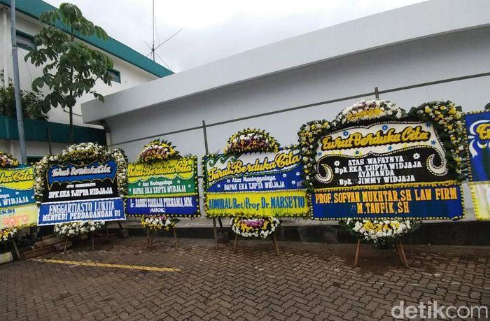 Karangan bunga dikirim oleh sejumlah tokoh nasional seperti mantan Gubernur DKI Jakarta Basuki Tjahaja Purnama (Ahok) dan Menteri Perdagangan Enggartiasto Lukita.